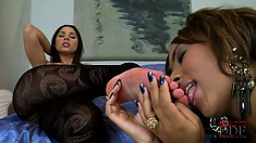 Legend toes meet newbie soles and a hot lesbian show shall commence
