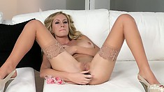 This blonde hottie knows how to give herself a good self fucking